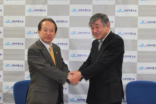 協定を締結した日本弁理士会 古谷史旺会長(左)と中小企業診断協会 福田尚好会長