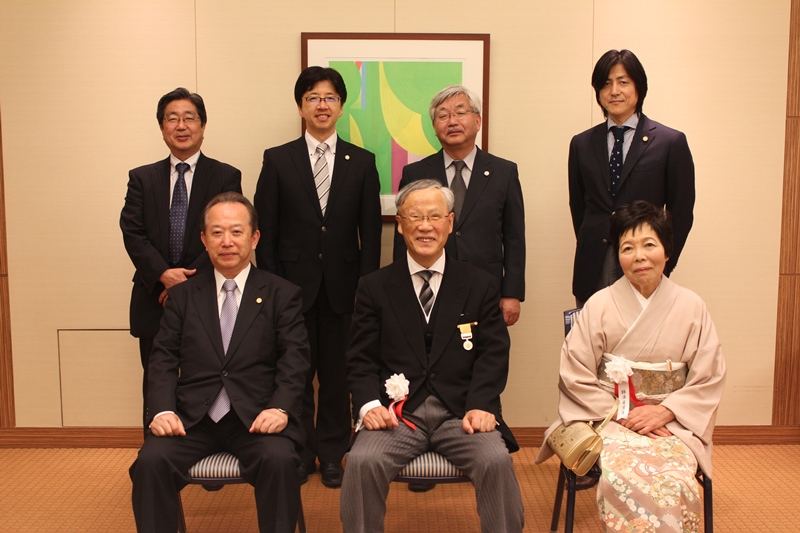 黄綬褒章を受章した松田会員を囲んで