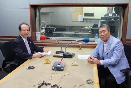 古谷会長(左)とパーソナリティの鶴蒔靖夫さん