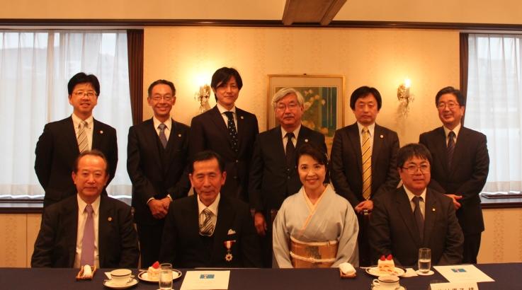 藤村元彦会員(手前左から二人目)を囲んで