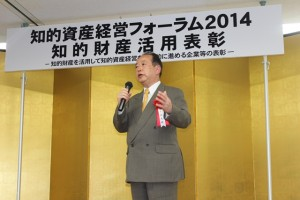 古谷会長は「今回の受賞を機に、明日からさらに活躍の幅を広げていっていただきたい。さらなる飛躍を願う。」と祝辞を述べた。