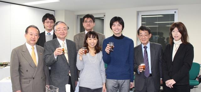 修了式後は講師を囲んでの交流会が行われた。
