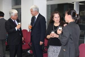 講義終了後は講師を囲んでの懇親会が開催され、会場は引き続き英語でにぎわった。